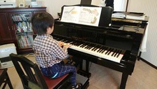 生徒がピアノを弾く様子
