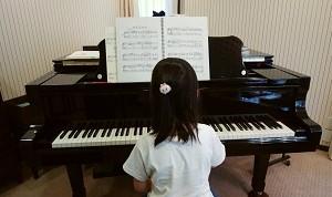 ピアノに向かうSちゃん