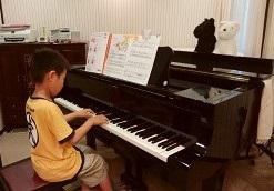 ピアノを弾くY君