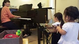 木琴を弾くRちゃん
