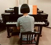ピアノを弾くMちゃん