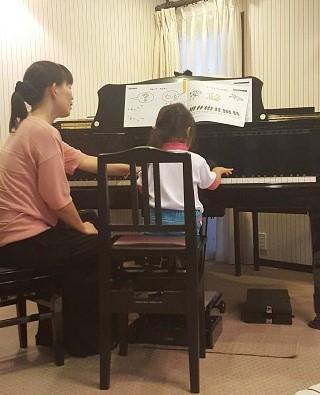 ピアノを弾く様子