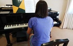 ピアノを弾くHちゃん