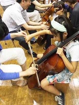 チェロを弾く2