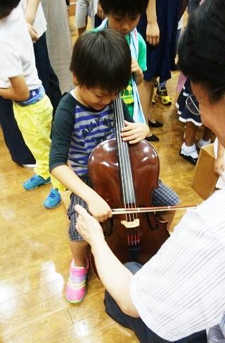 チェロを弾く写真1