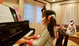 ピアノを弾くYちゃん