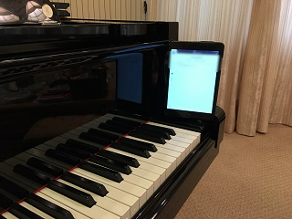 iPadをピアノの縁に置く画像